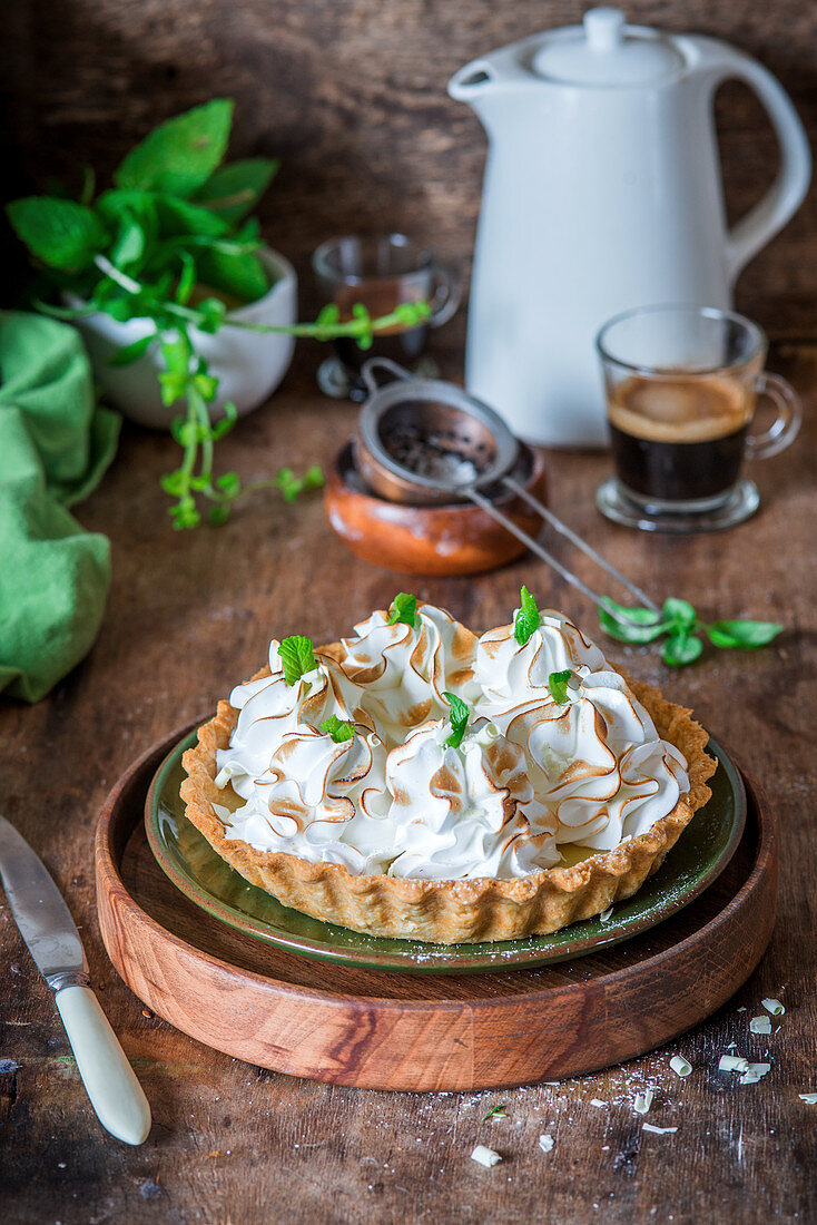 Meringue pie with citrus and white chocolate