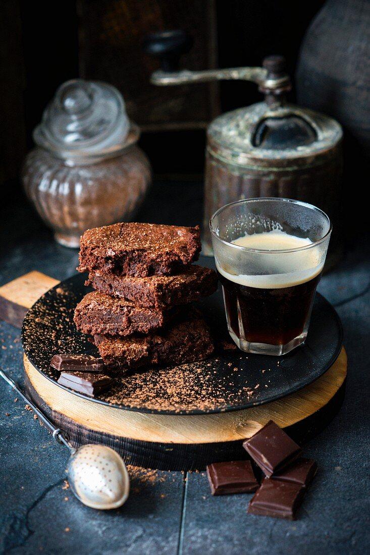 Schokoladen-Brownies mit einem Glas Kaffee