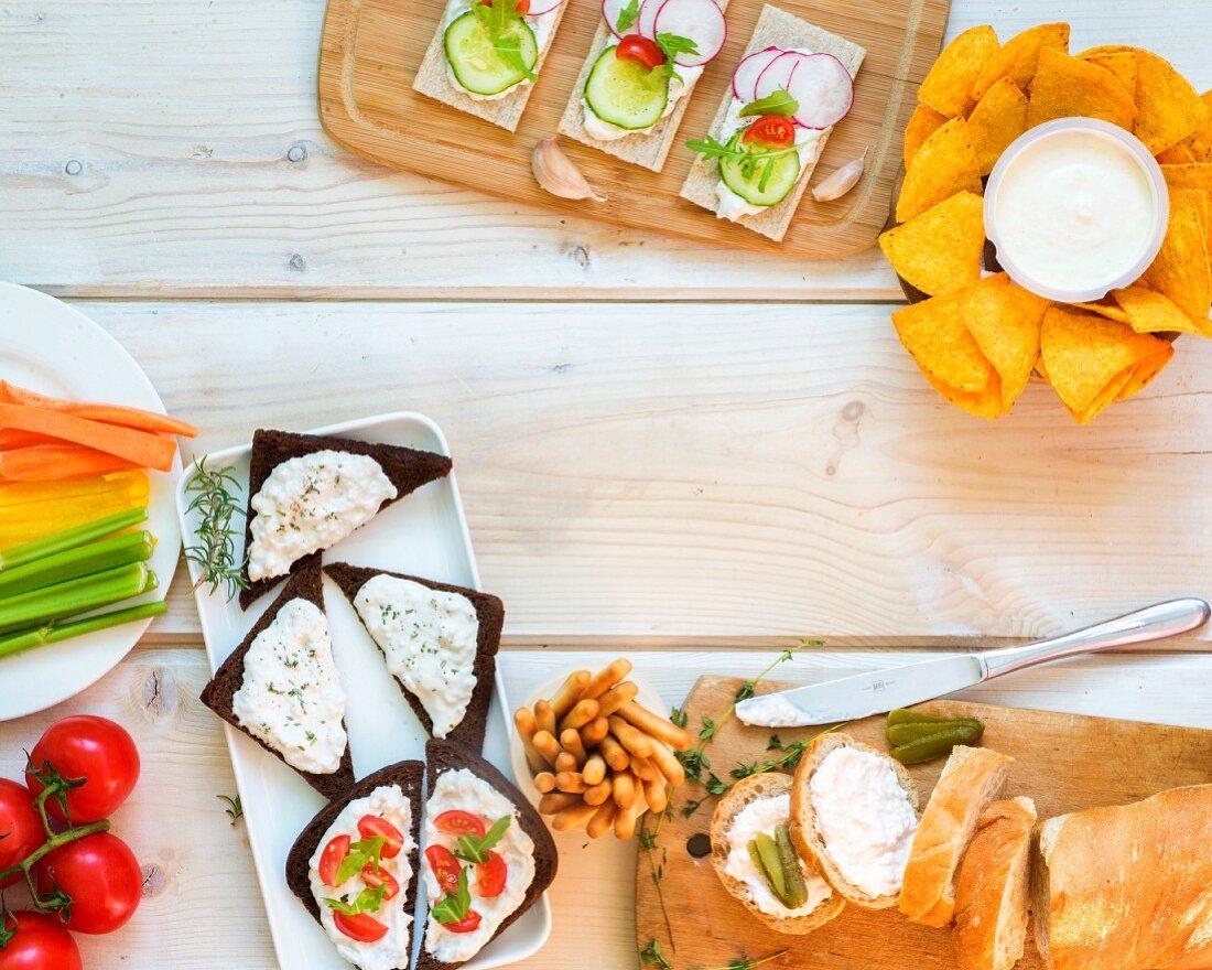 Verschiedene Snacks auf einem Tisch