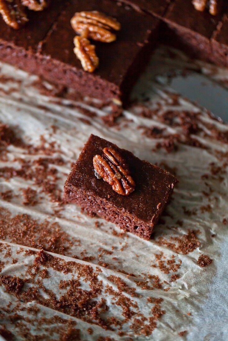 Schokoladen-Brownies mit karamellisierten Pekannüssen
