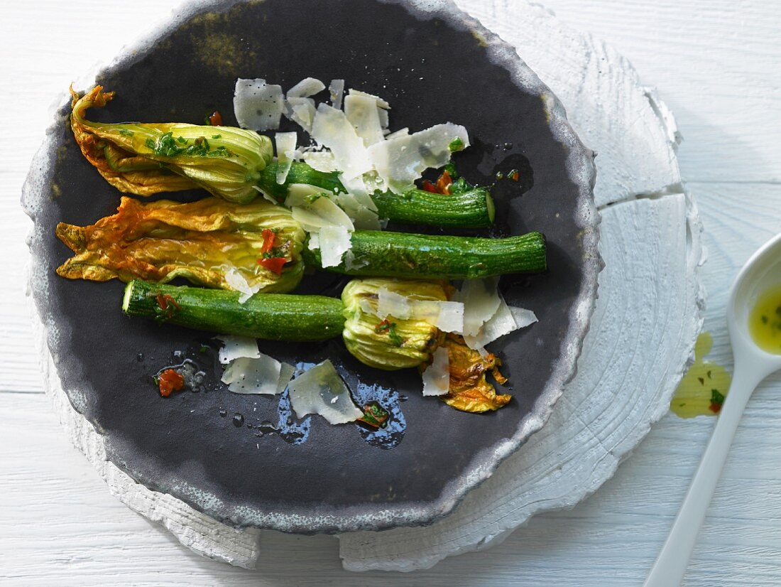Grilled courgettes with pecorino