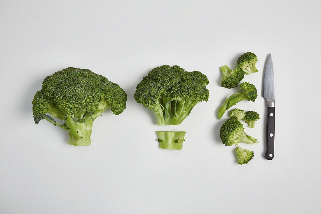 Rinsing broccoli and cutting it into florets (step by step)