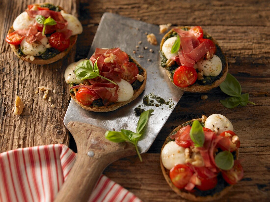 Bread roll pizzas with grilled meat