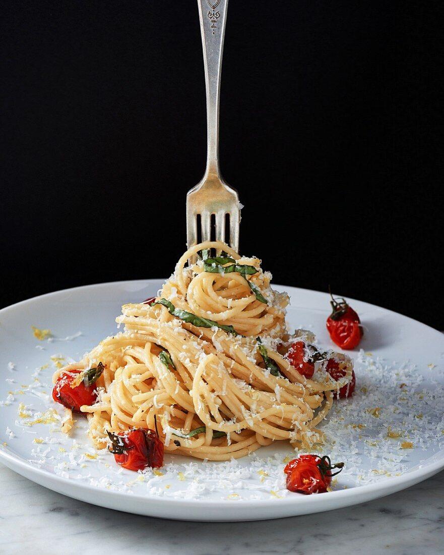 Spaghetti al limone mit gebratenen Kirschtomaten und Parmesan