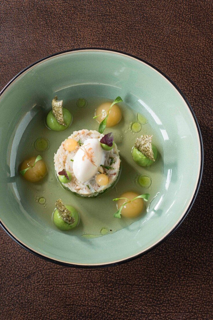 Crab with avocado, pink grapefruit and crustacean dashi from the 'Zwei Sinn' restaurant and bistro in Nuremberg, Bavaria, Germany