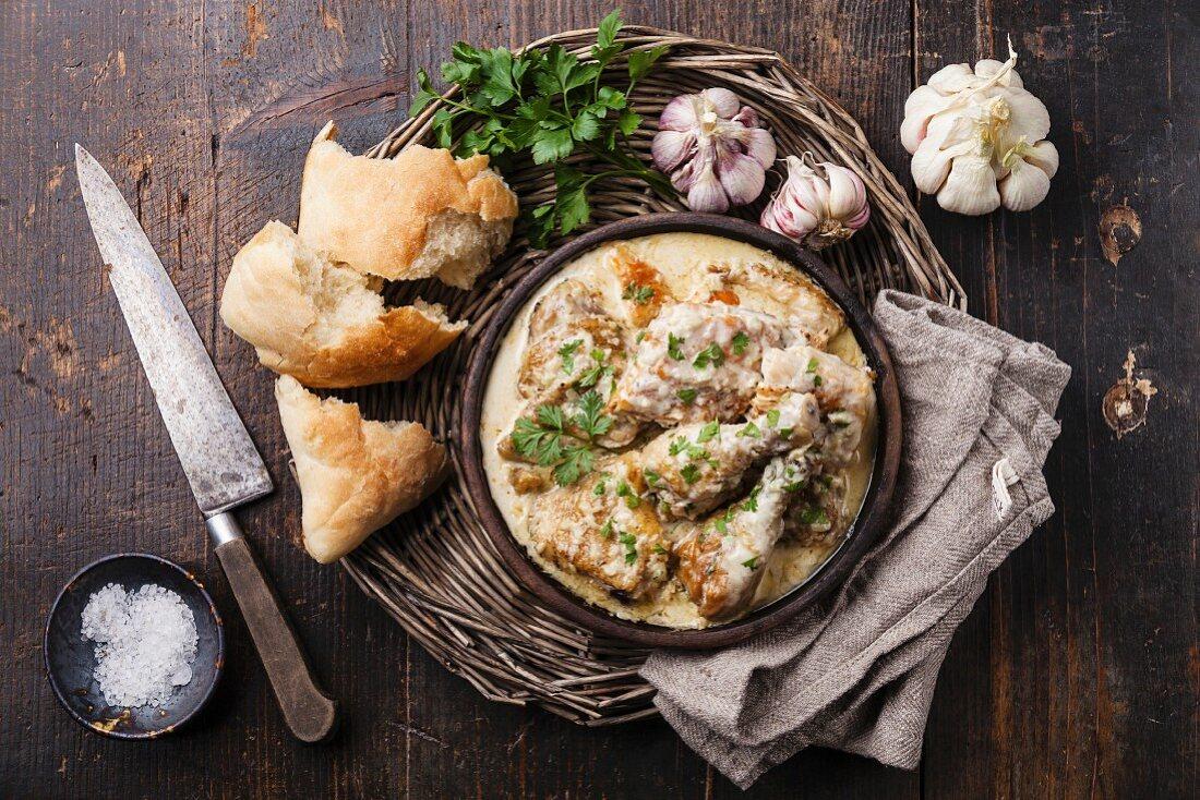 Huhn mit cremiger Knoblauchsauce und Brot