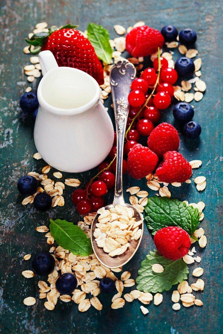 Gesundes Frühstück: Haferflocken, frische Beeren und Milch