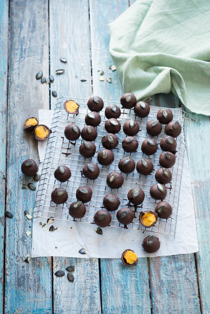 Chocolate-coated pumpkin pralines