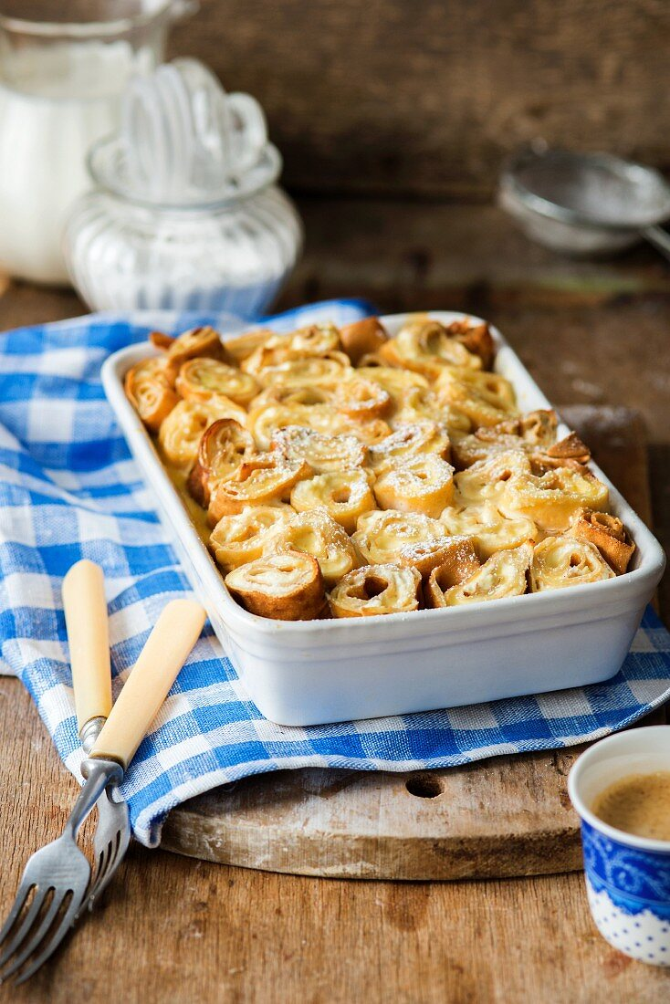 Crêpe rolls stuffed with quark and baked in sour cream