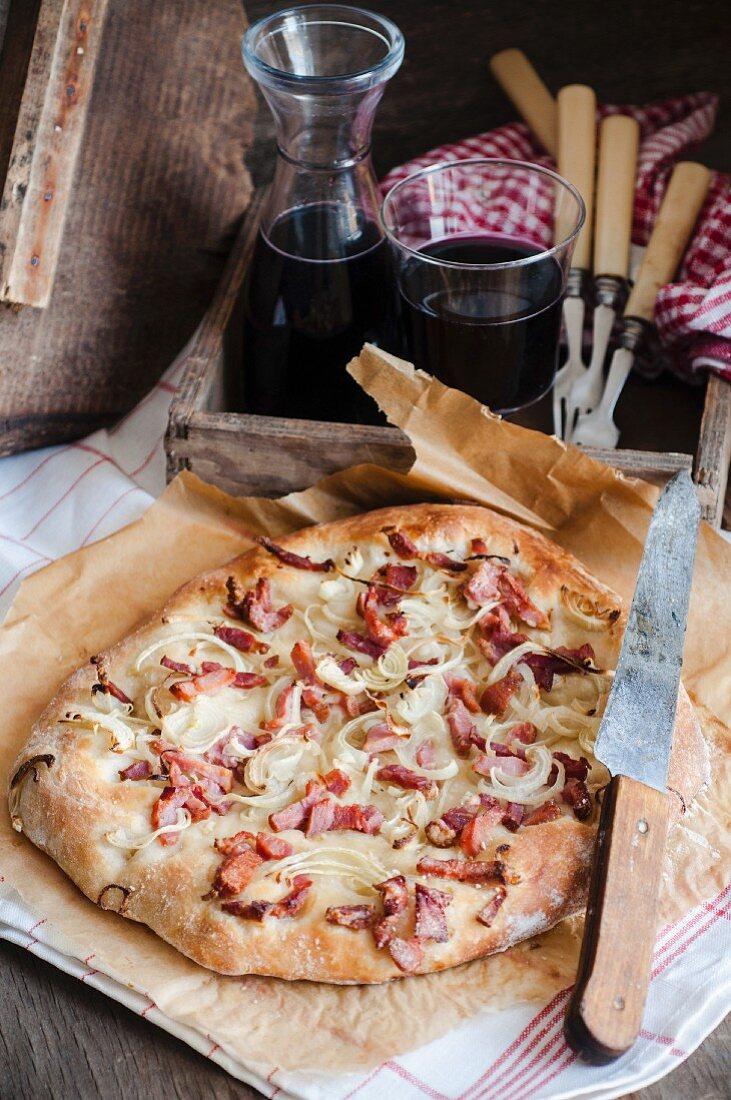 Rustikale Pizza mit Speck und Zwiebeln