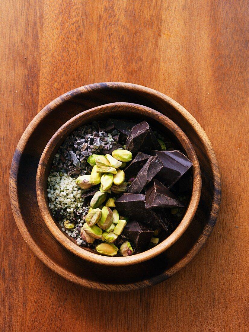 Superfood-Zutaten: Kakaonibs, Pistazien, Hanfsamen und dunkle Schokolade