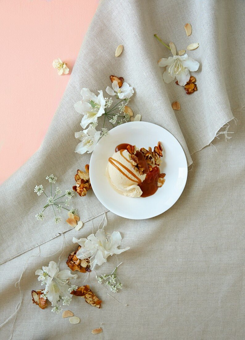 Vanilla ice cream with caramel sauce and honey almonds