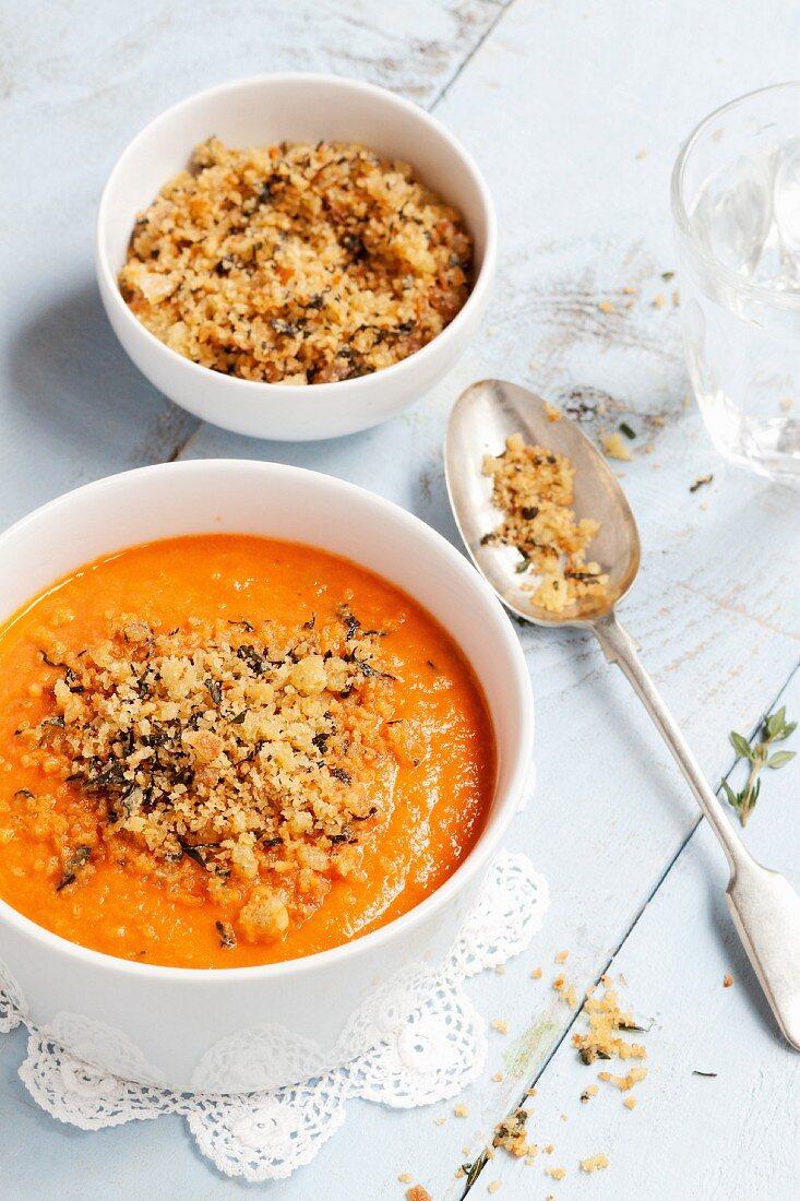Tomatensuppe mit Kräuterbröseln