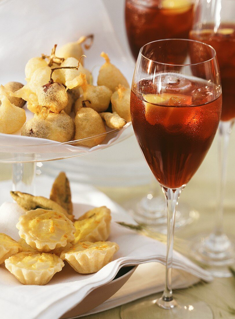 Baked grapes, tartlets and cocktail