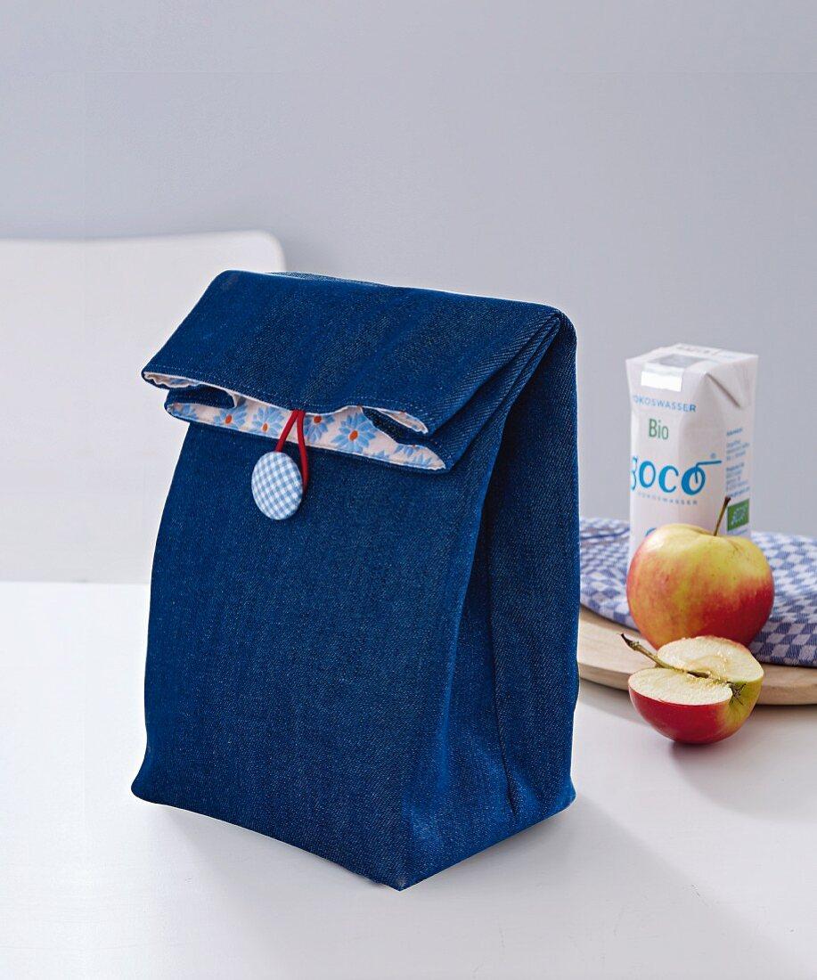 Lunchbag aus Jeansstoff mit Knopfverschluss
