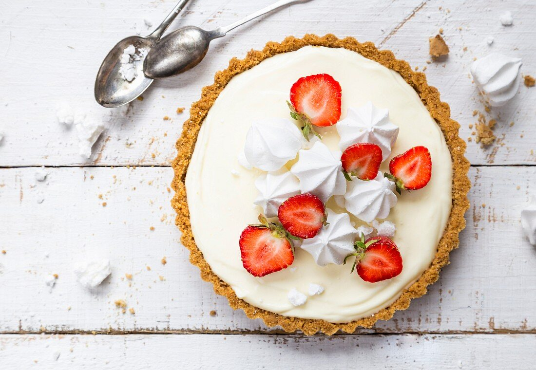 Lime pie with strawberries and meringue