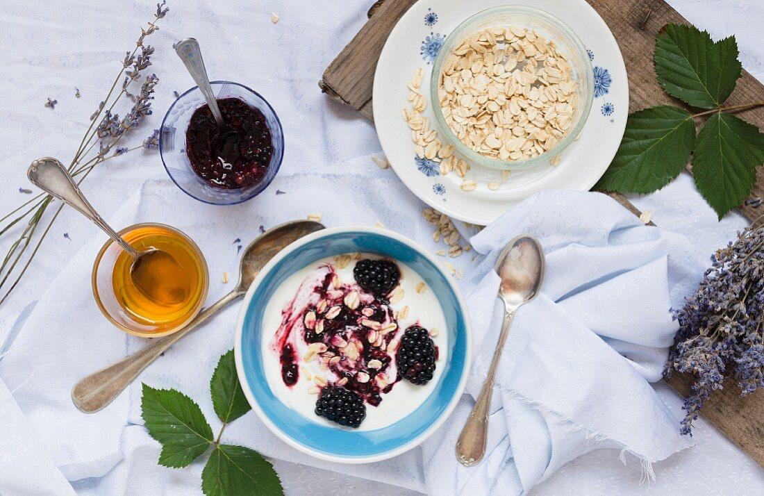 Yoghurt muesli with blackberries and porridge oats