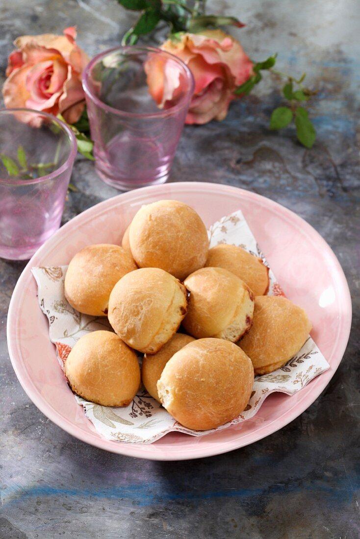 Baked ball-shaped doughnuts