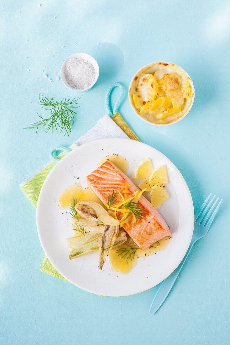 Lachs und Kartoffelgratin mit Zitrone und Fenchel