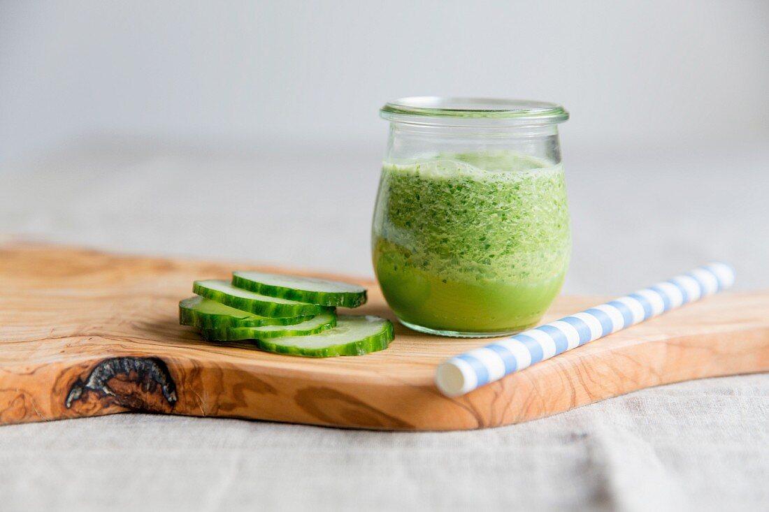Grüner Smoothie mit Gurke