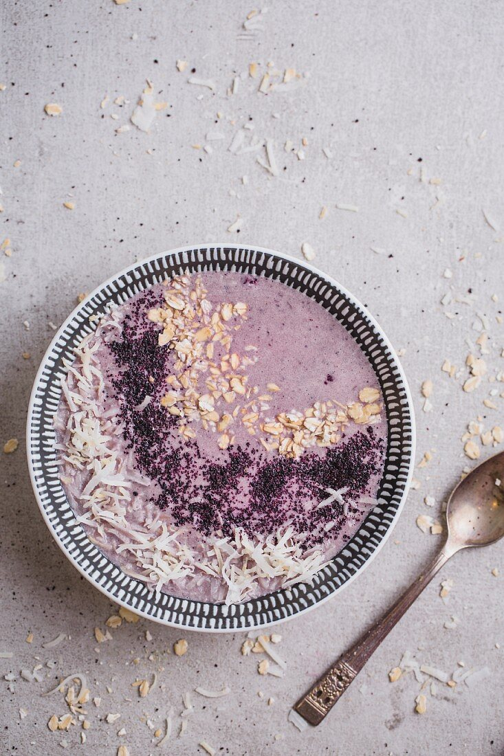 Blueberry and banana smoothie with oats, coconut milk and berry powder (Vegan)