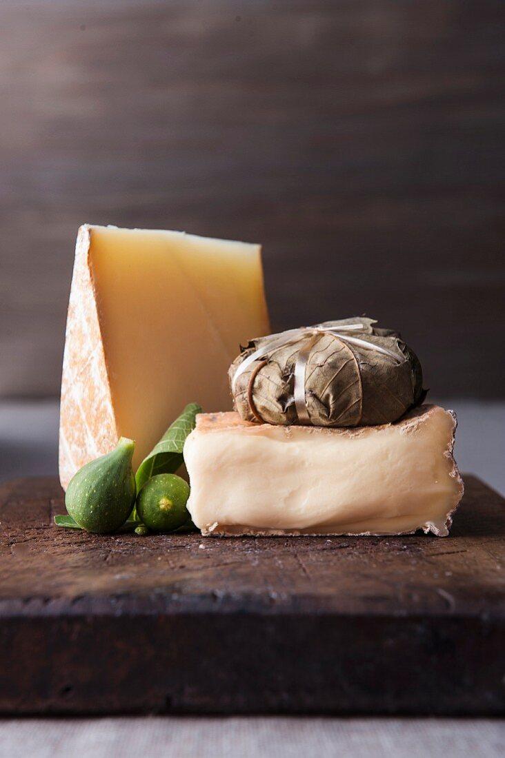 Käse und Feigen auf Holzschneidebrett