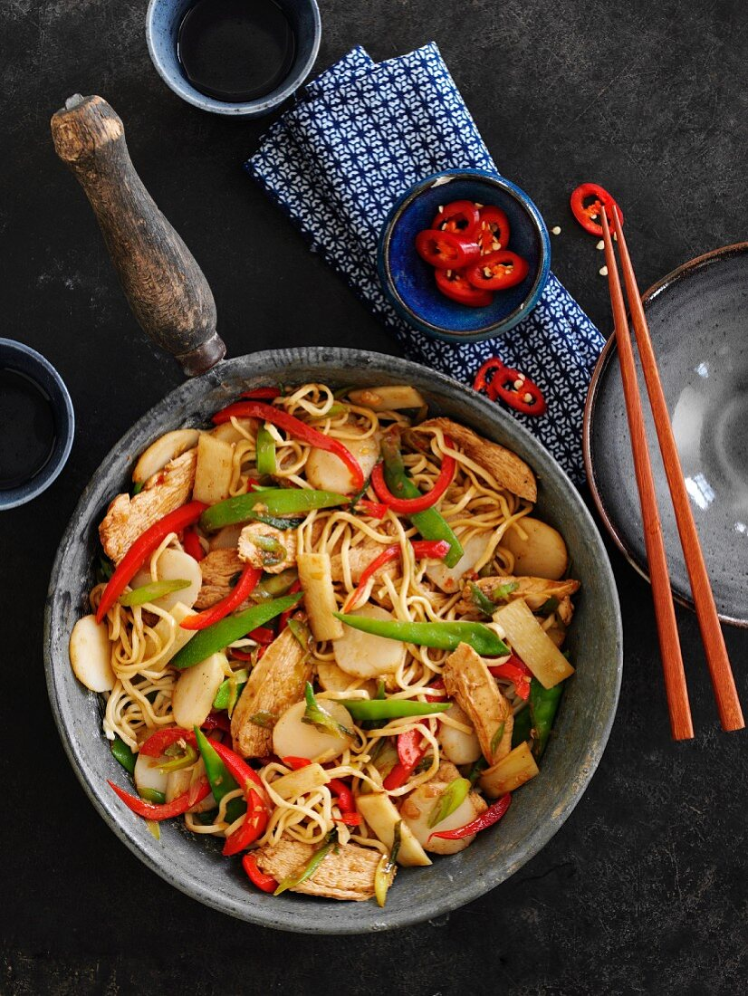 Chow mein with chicken and vegetables (China)