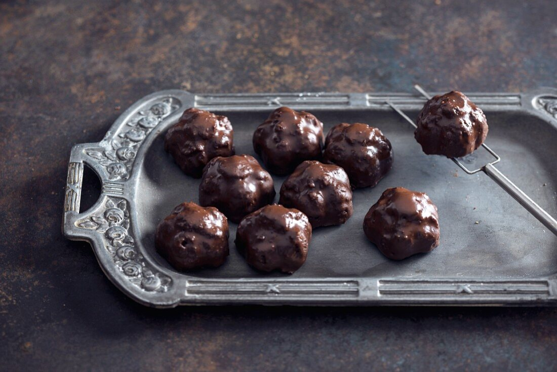 Vegan chocolates with amaranth, pecan nuts and mulberries