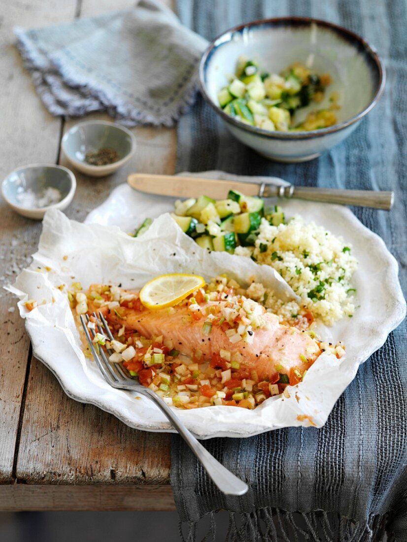 Salmon in parchment paper with tomato and leek
