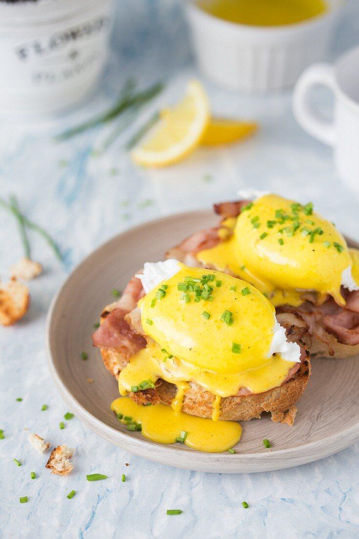 Eggs Benedict (pochierte Eier mit knusprigem Speck und Sauce Hollandaise) auf Toastbrot