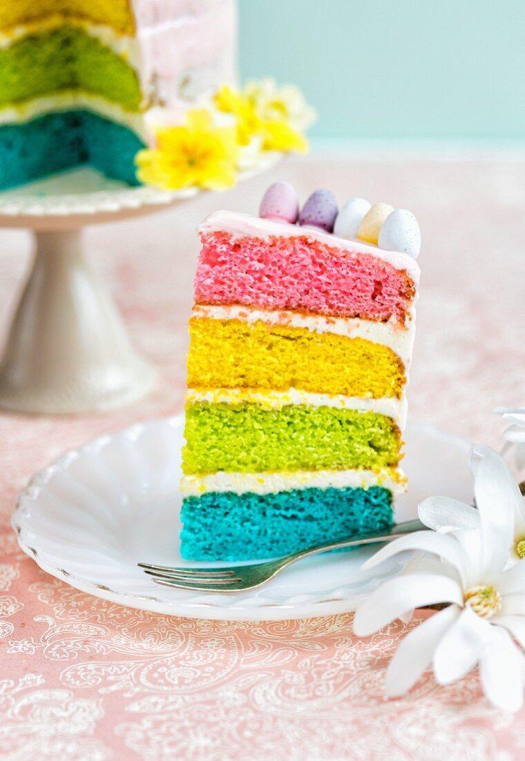 Ein Stück Regenbogentorte fürs Osterfest