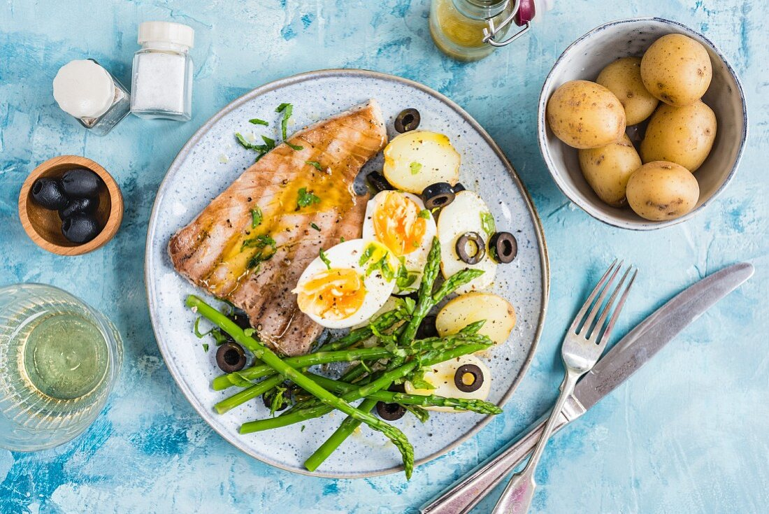 Tuna with boiled potatoes, asparagus, eggs and olives