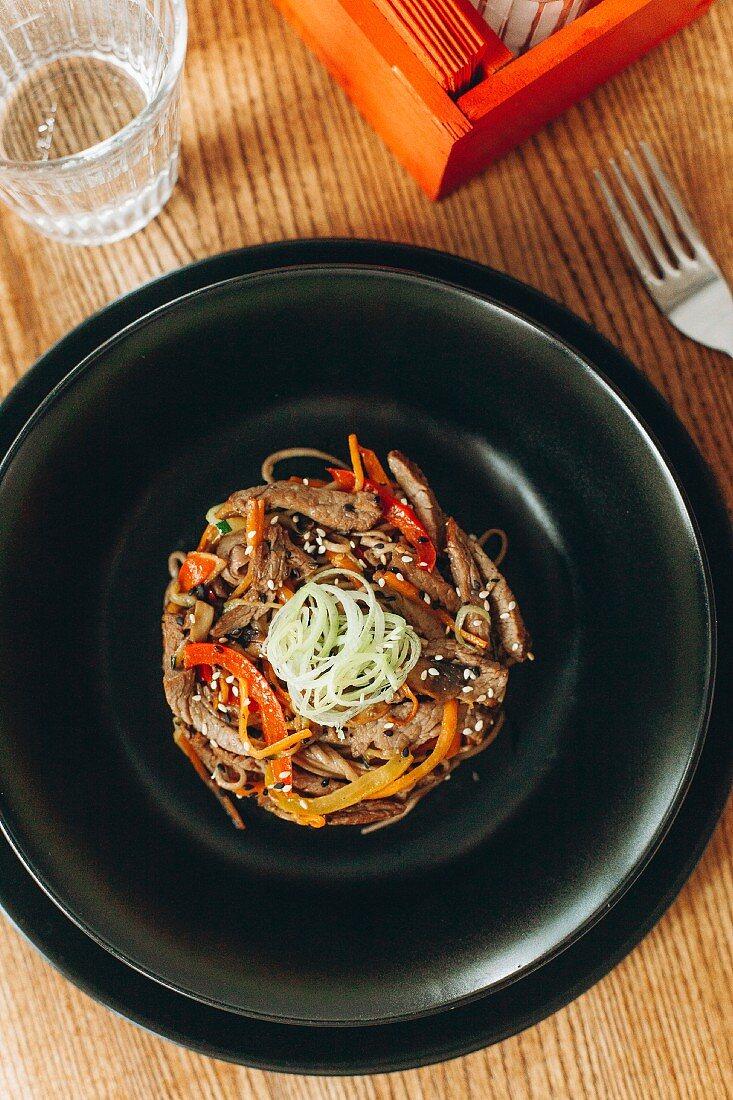 Stir Fry Rindfleisch mit Paprika und Sesam (Asien)