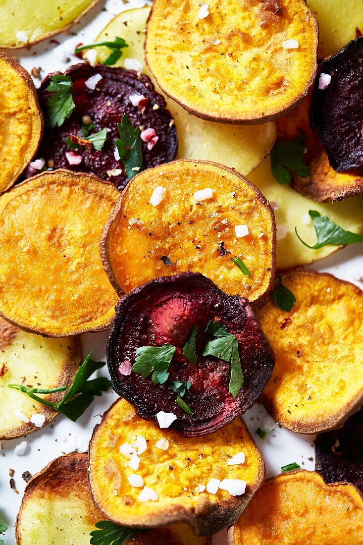 Kartoffel-, Süsskartoffel- und Rote-Bete-Chips mit Meersalz und Kräutern