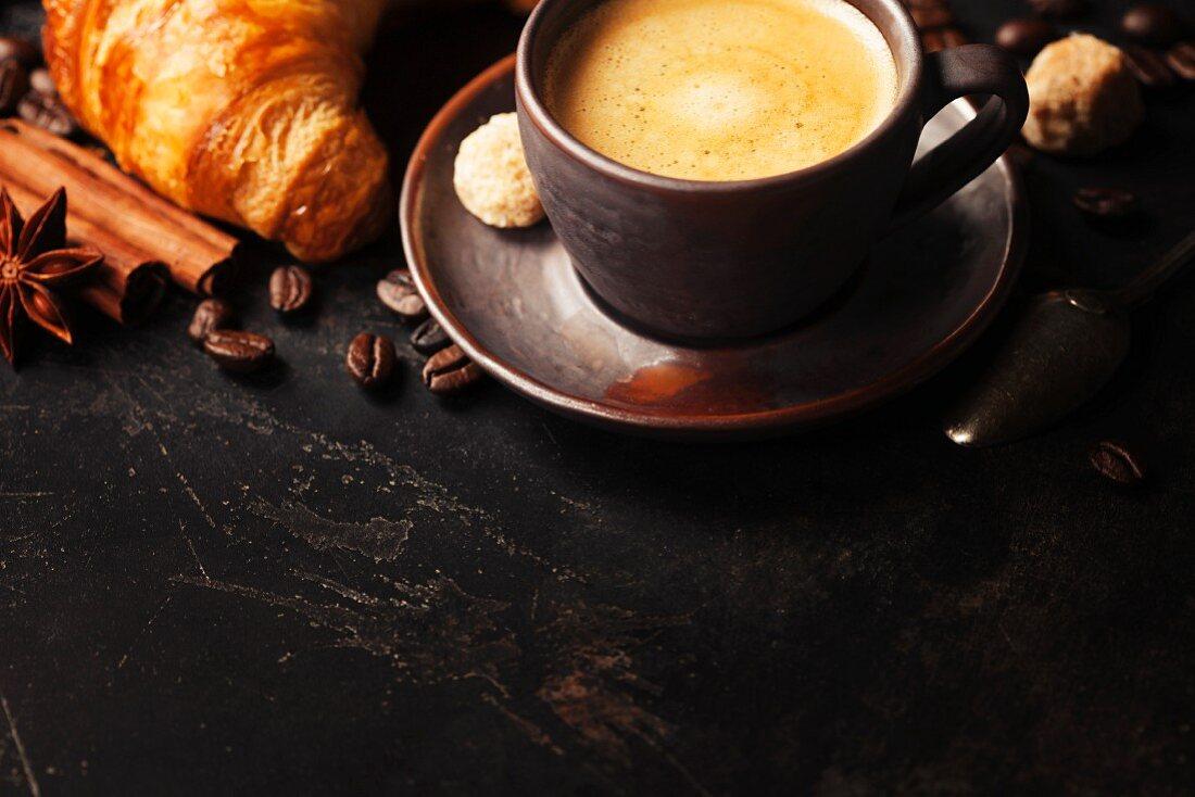 Frühstück mit frischem Kaffee und Croissants