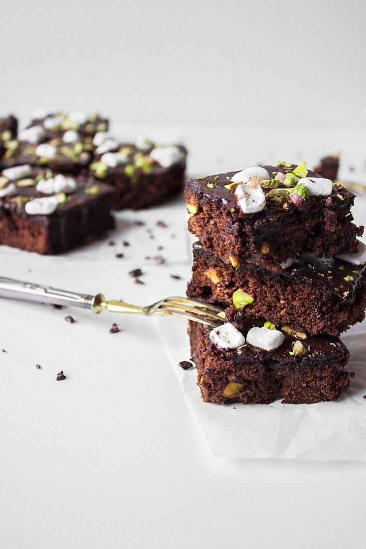 Glutenfreie Schokoladenbrownies mit Marshmallows und Pistazien