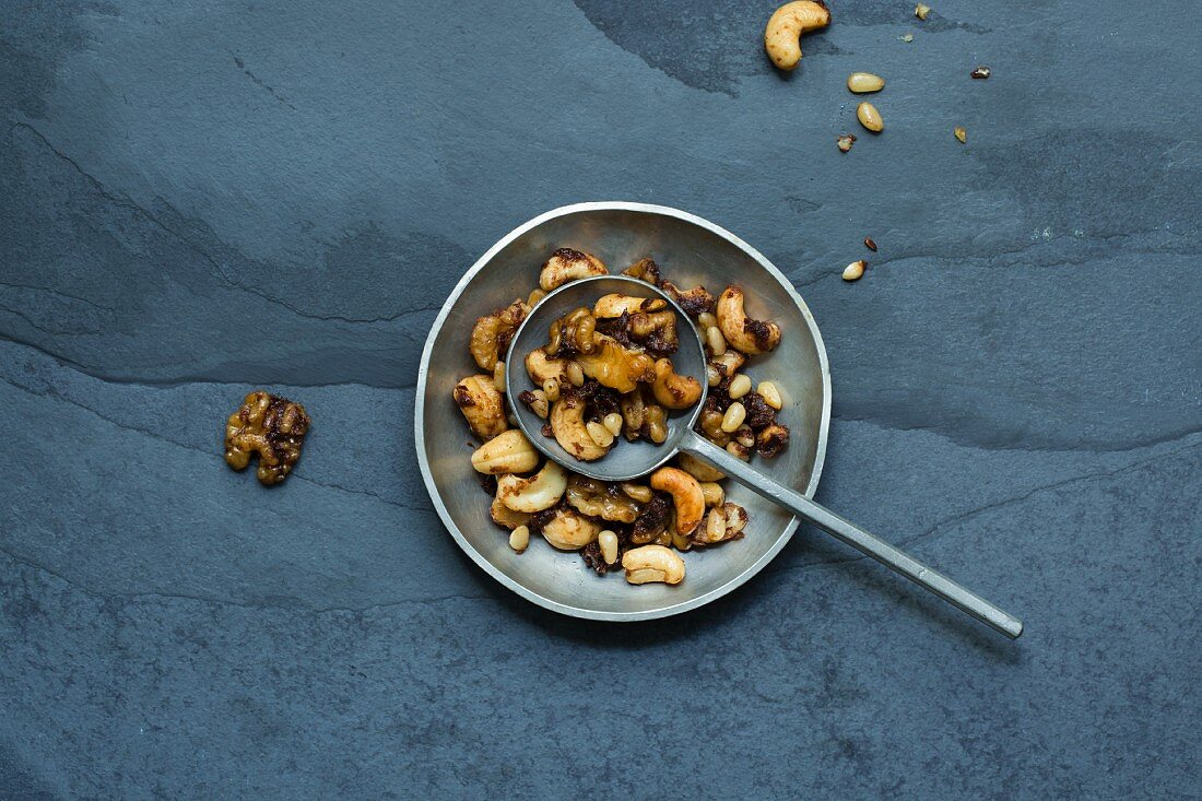 Nut crunch with apple pulp and coconut blossom sugar (low carb)