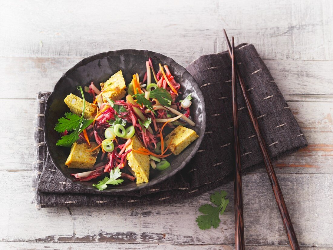 Asian coleslaw with red cabbage and celery with curry and mango tofu (Sirtfood)