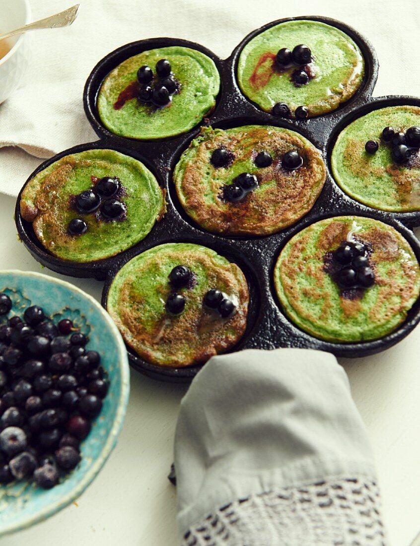Spinat-Pancakes mit Heidelbeeren