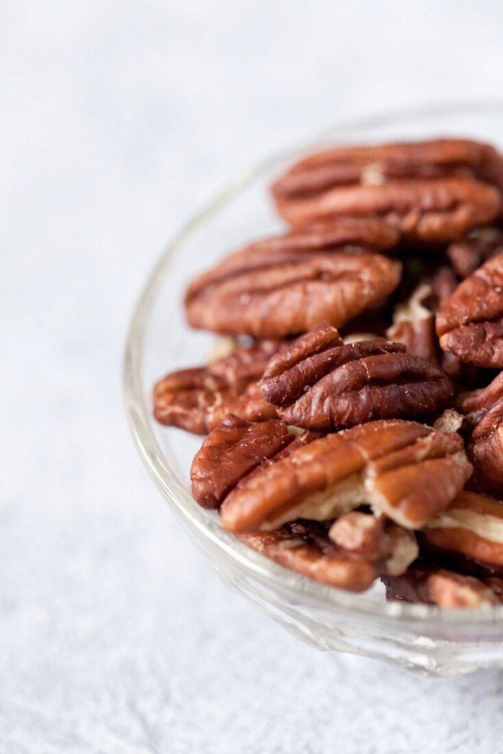 Pecannüsse im Glasschälchen