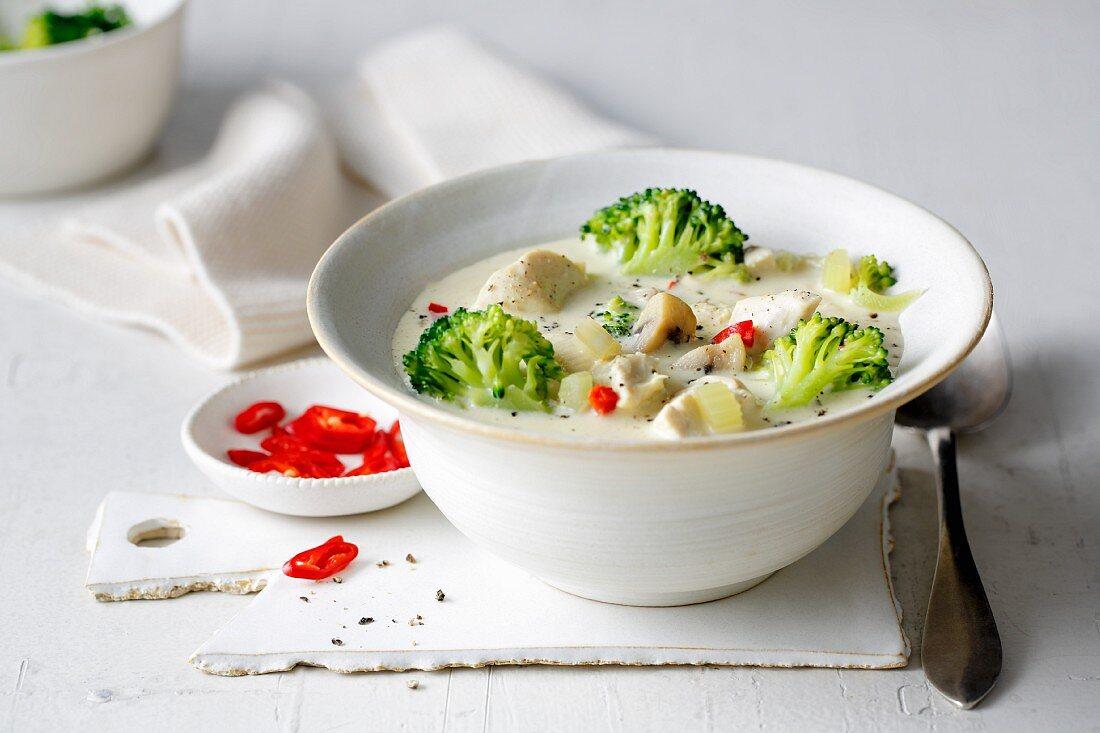 Hähnchen-Brokkoli-Suppe mit Chili