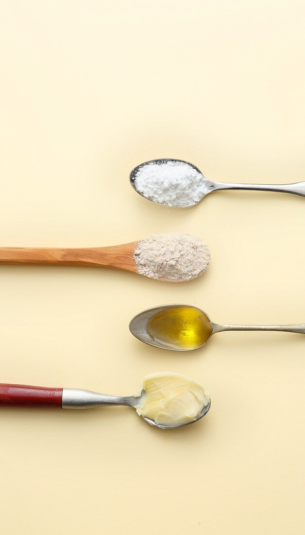 Measuring without scales - a teaspoon with 3 g of baking powder, 4 g of oil, 5 g of flour and butter