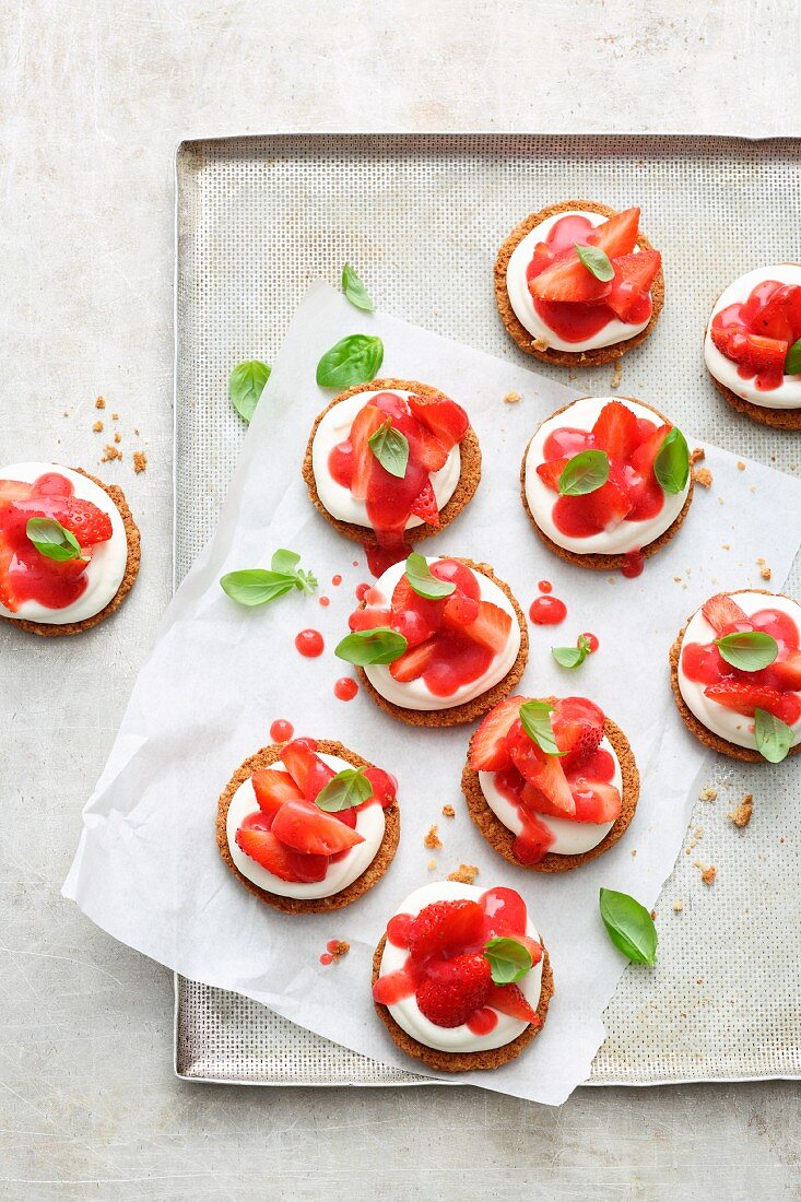 Mini cheesecakes with cream cheese, strawberries and basil