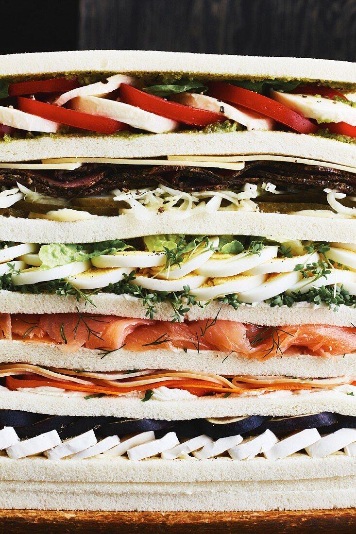 Mega-Sandwich mit Obst, Käse, Eiern, Lachs und Pastrami