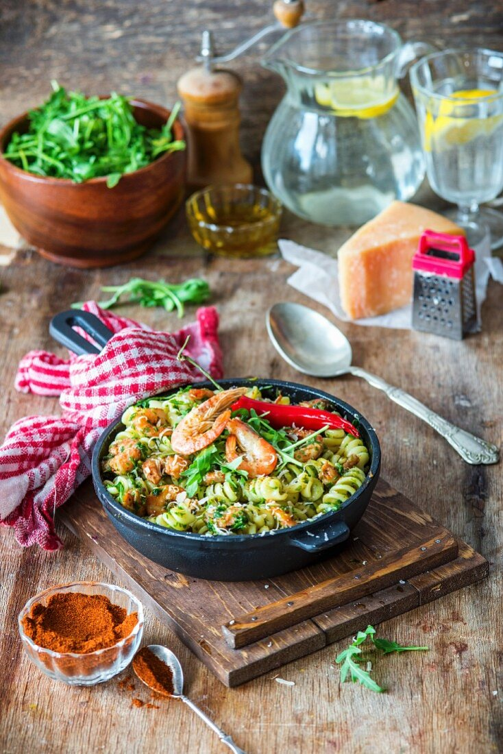 Pasta with prawns and rocket