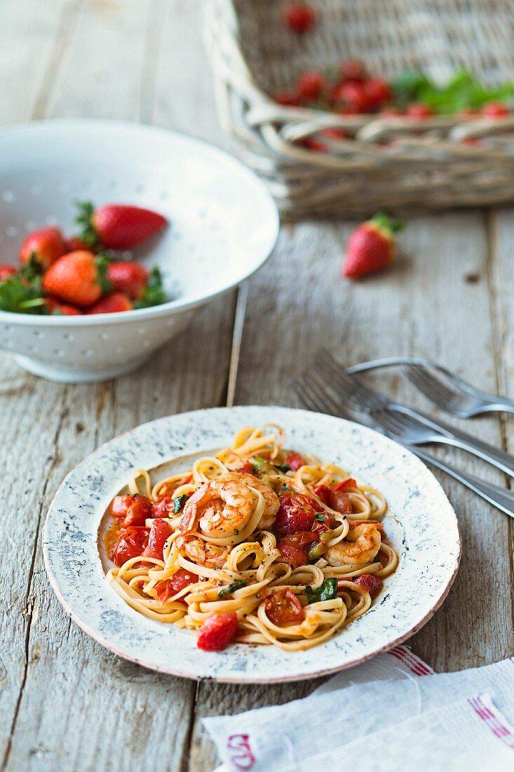 Pasta mit Erdbeer-Tomatensugo, Zucchini und Garnelen