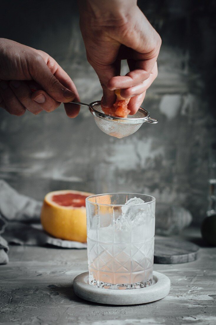 Gin and tonic with juniper berries and grapefruit
