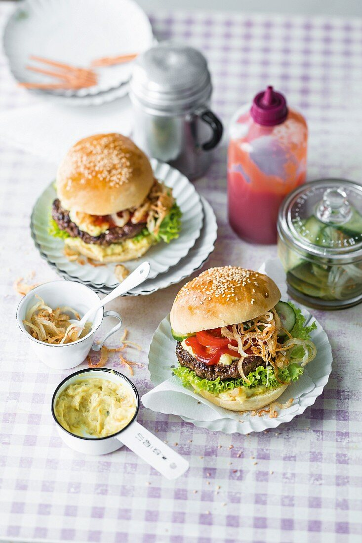 Burgers with beef, tomatoes, Danish remoulade, ketchup and roasted onions