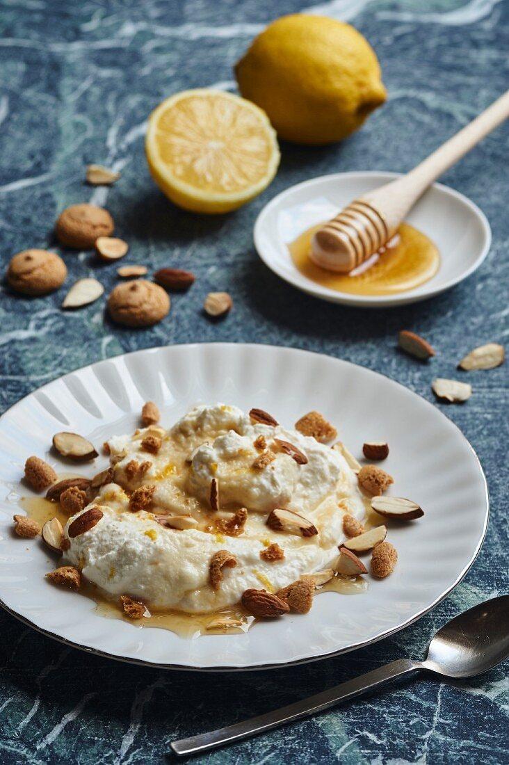 Ricotta-Dessert mit Zitrone, Mandeln, Amarettini und Honig