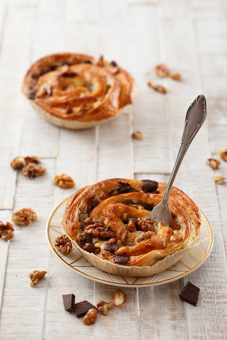 Puff pastry snails with chocolate and walnuts